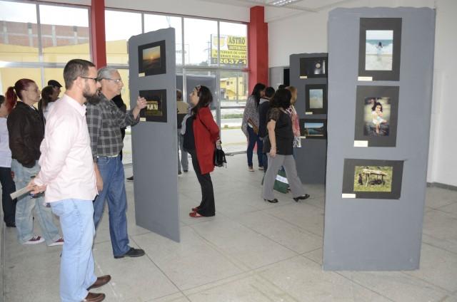 """A mostra fotográfica """"Maricá Invisível"""" foi apresentada por alunos no anfiteatro, onde aconteceu a cerimônia. (foto: Clarildo Menezes)"""