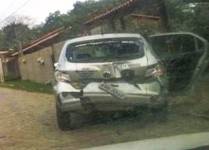 Carro da escolta ficou no local. Bandidos bateram na traseira e atiraram contra o veículo. (foto: Kelly Martins / Internauta Maricá Info)