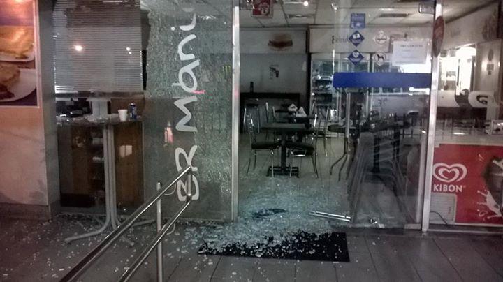 Vidraça de loja de conveniência em um posto de combustível foi atingida. (foto: Herdley de Souza)