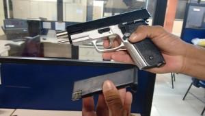 Simulacro de pistola foi encontrado com os suspeitos. (fotos: Francisco Avelino / Maricá Info)