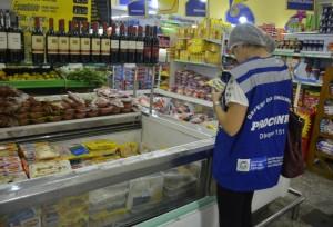 Fiscalização recolheu mais de 3 toneladas de produtos impróprios. (Fotos: Clarildo Menezes)