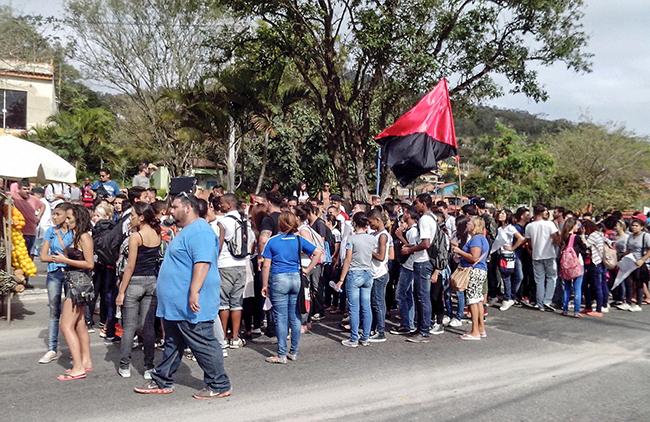 Manifestantes foram até o bairro Flamengo. (foto: Alcilei Santos)