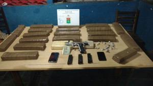 Drogas e arma foram apreendidos pelos PMs do BPRv.