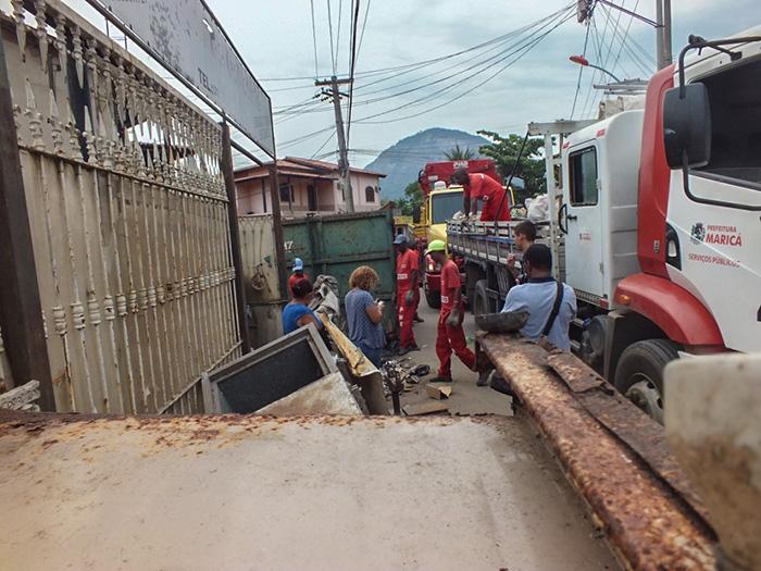 Ferro velho foi retirado por funcionários da secretaria de obras e levados para o depósito da prefeitura. (foto: João Henrique / Maricá Info)