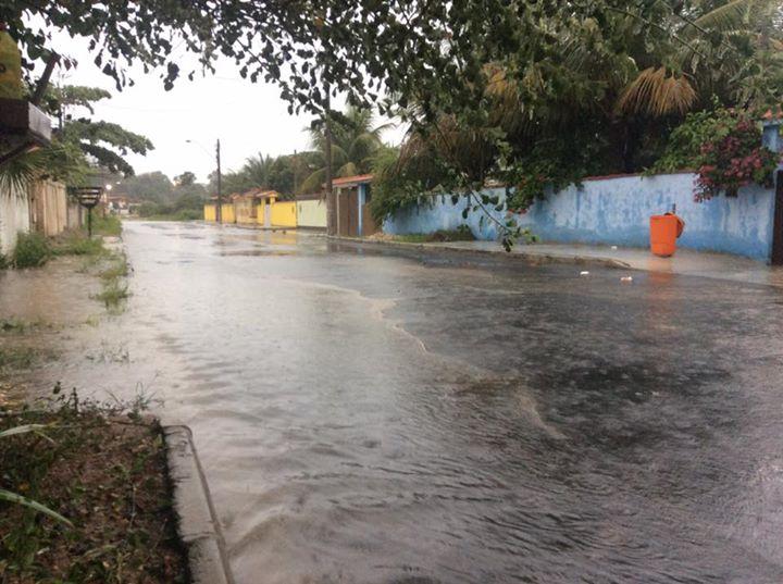 Ruas de Cordeirinho, sem sistema de escoamento pluvial, também alagaram. (foto: João Henrique / Maricá Info)