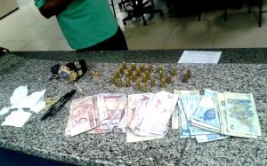 Com ele foram encontrados dinheiro em espécie, munições e anotações do tráfico. (fotos: Divulgação)