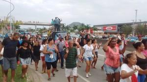 Centenas de moradores do residencial Carlos Alberto Soares de Freitas, em Inoã, participaram do protesto.