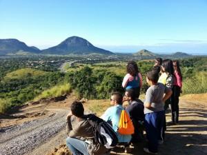 Vista do topo da trilha. Ao fundo pode-se ver a Pedra de Inoã, o morro Monte Castelo e mais ao fundo o oceano atlântico.