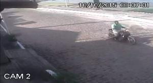 Assaltante foi visto por câmeras de segurana utilizando moto em ação em Araçatiba.