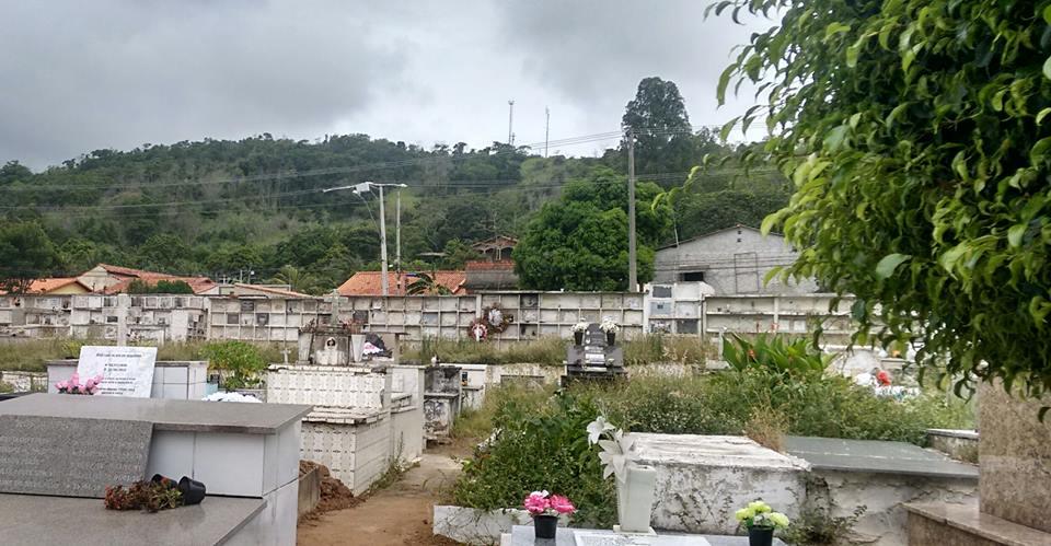 Cemitério municipal de Maricá cheio de mato e sem conservação.