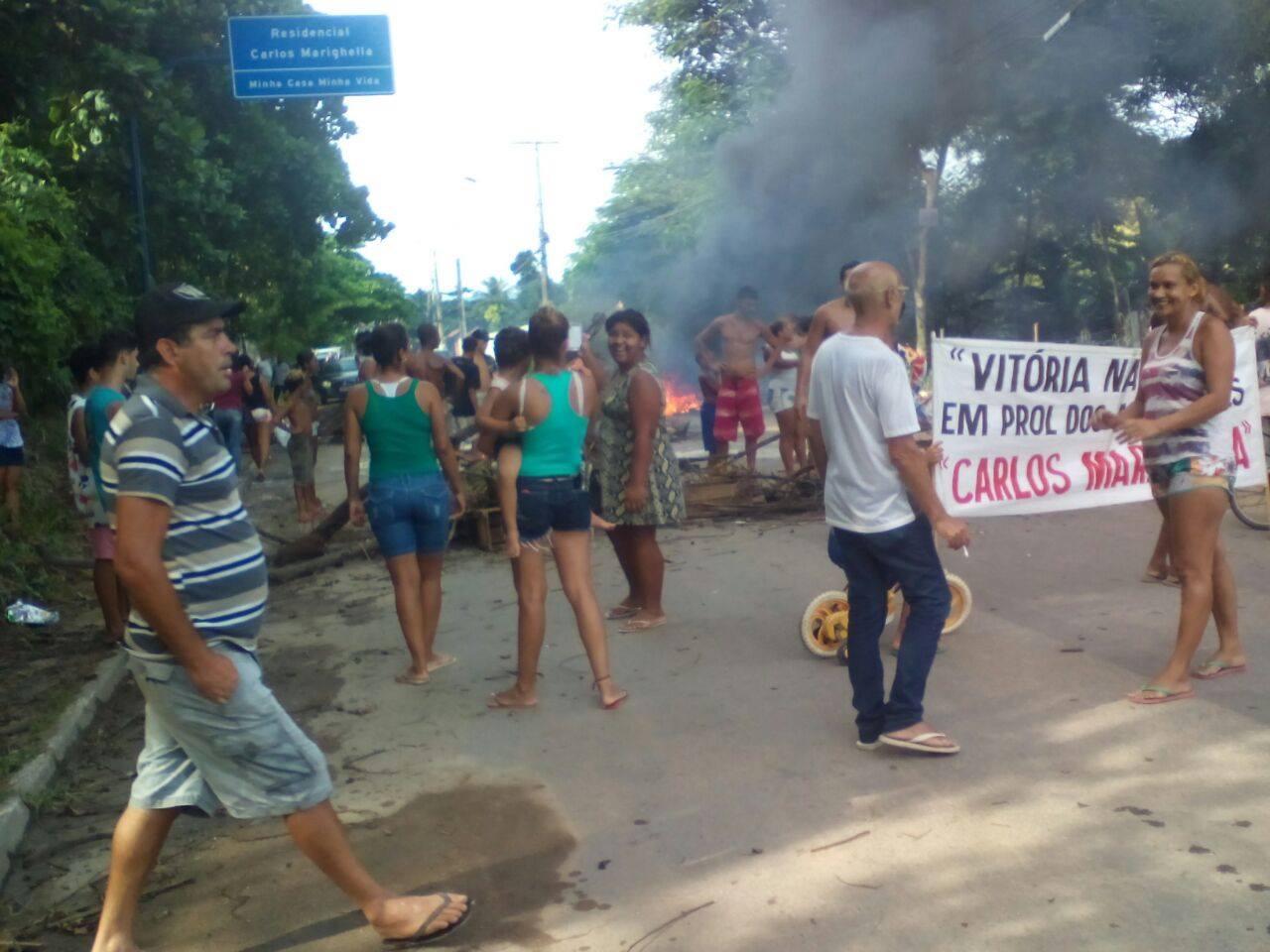 Itaipuaçu: Moradores do 'Minha Casa, Minha Vida' fazem protesto