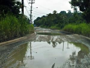 Ruas intransitáveis em Itaocaia Valley, em Itaipuaçu. (fotos: João Henrique / Maricá Info)