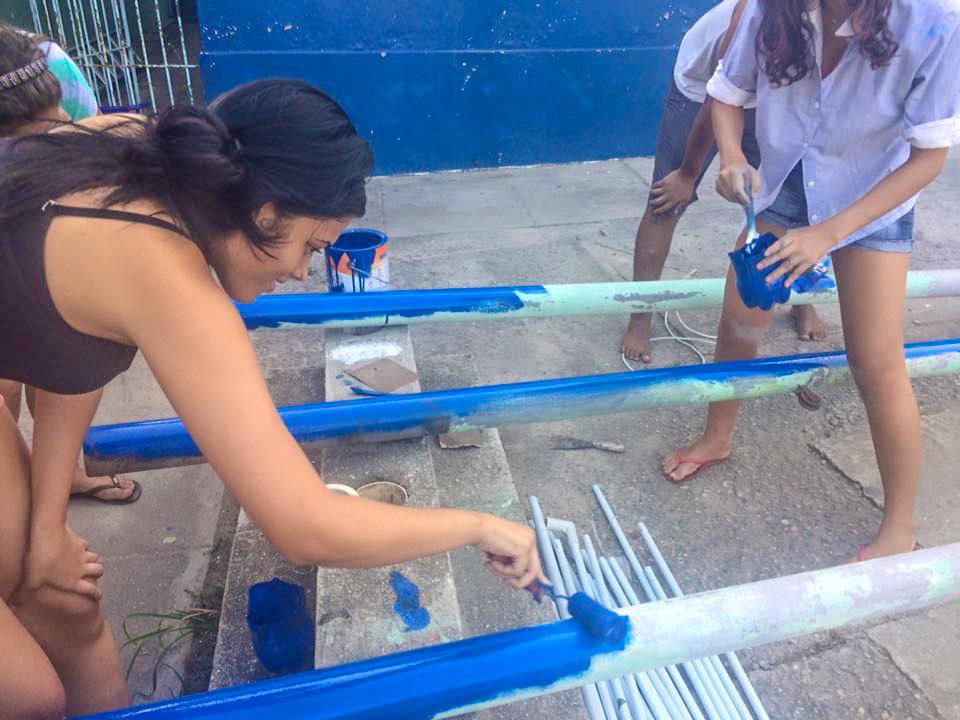 Estudantes e professores colocaram a mão na massa para melhorar a estrutura da escola pública. (foto: Divulgação)