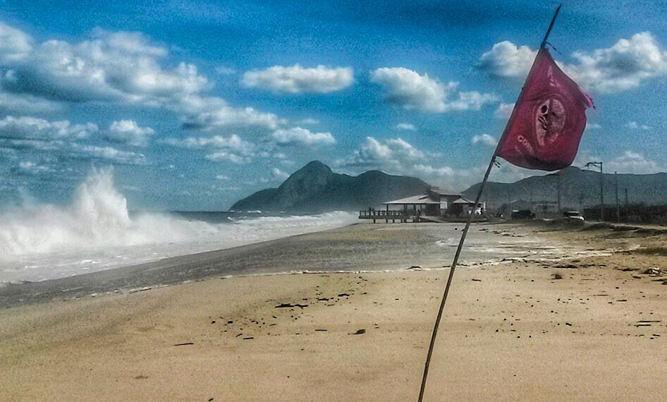 Ondas de até 3 metros atingem as praias de Maricá