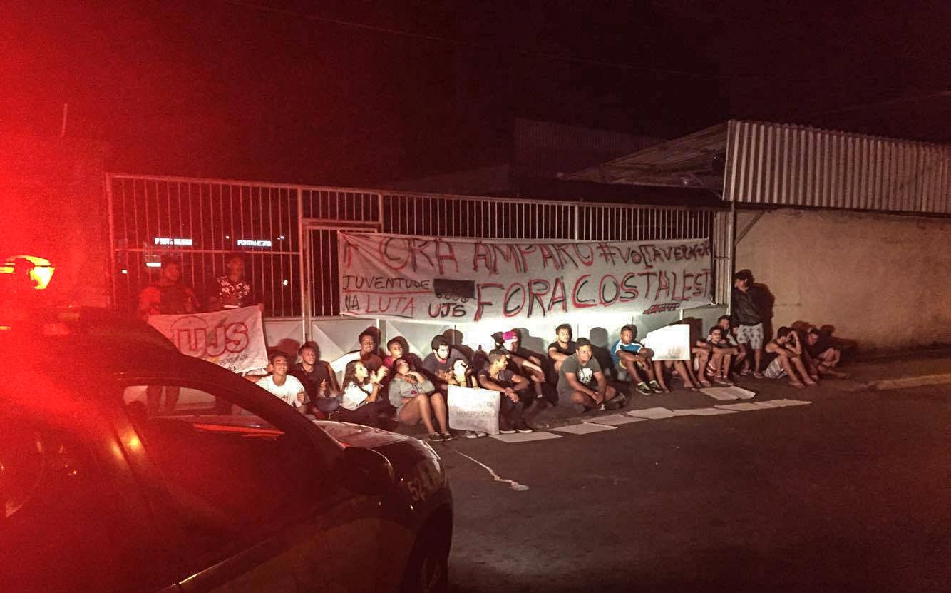 Maricá: Contra paralisação dos 'vermelhinhos', jovens fazem protesto em frente à Costa Leste