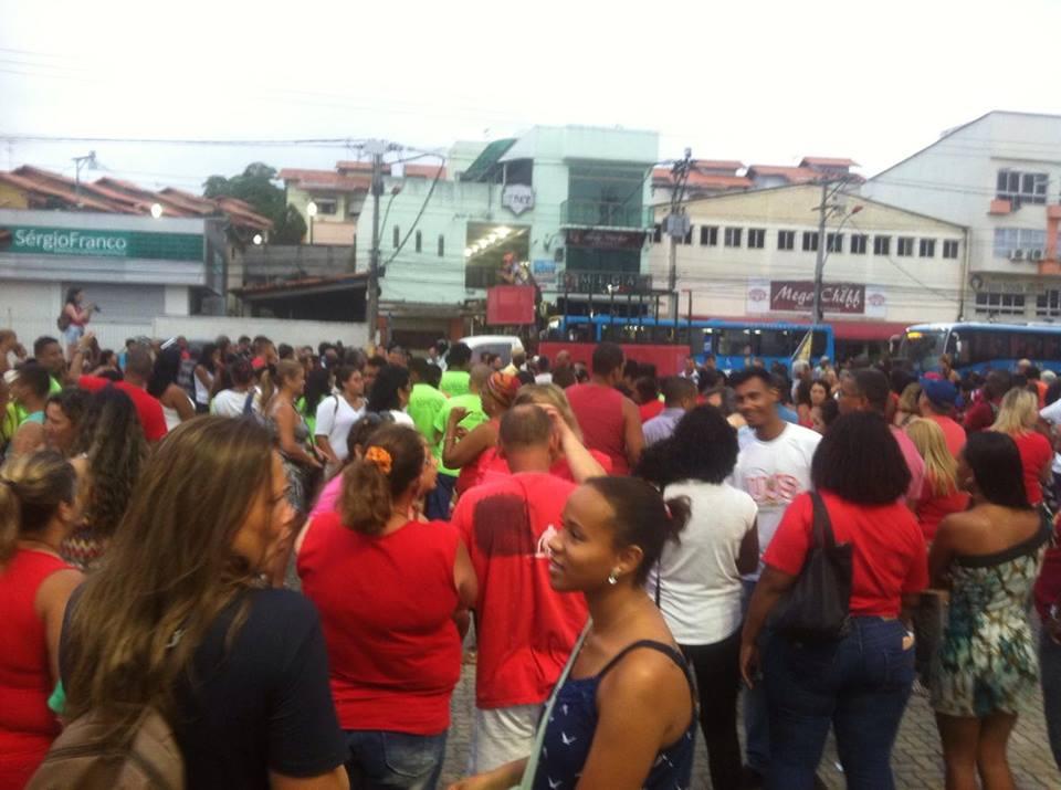 Em Maricá, centenas de pessoas se reúnem em manifestação a favor dos 'vermelhinhos'