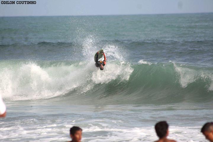 Bicampeão mundial de bodyboard aproveita ondas em Maricá
