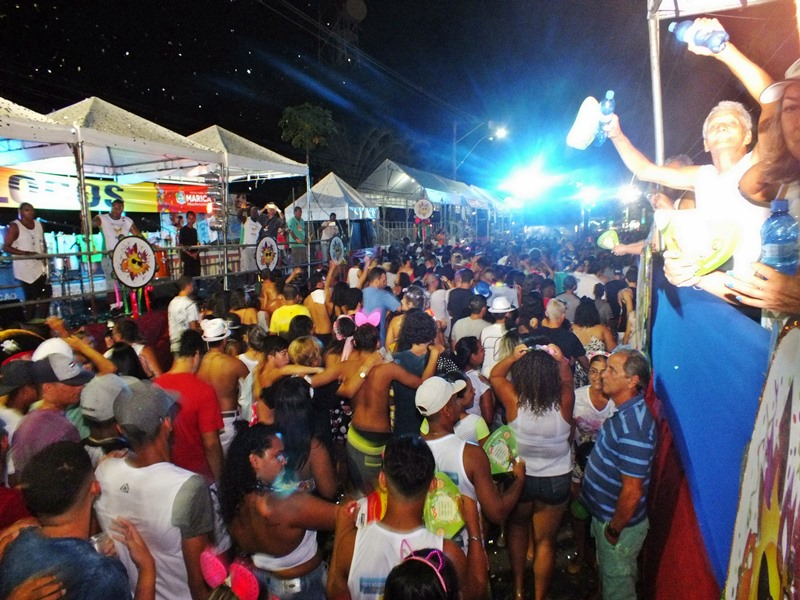 Bloco do Beijo arrasta multidão de foliões nas ruas do Centro de Maricá