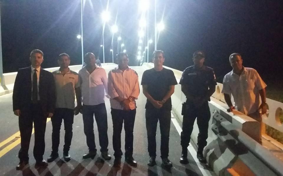 Maricá: Prefeitura instala iluminação na ponte de Barra