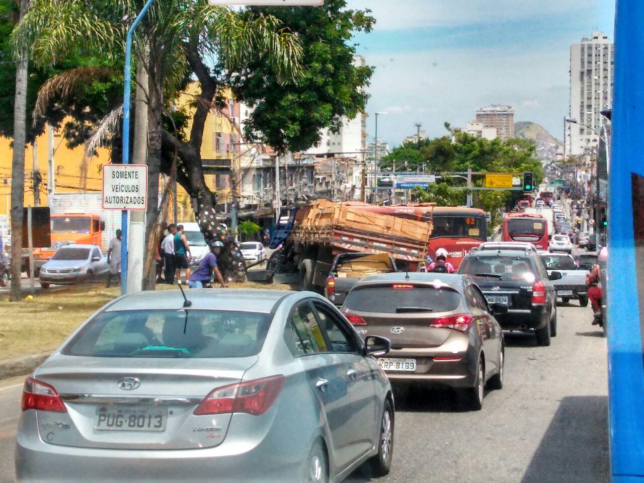 Niterói: Caminhão perde o freio e bate em canteiro na Alameda São Boaventura