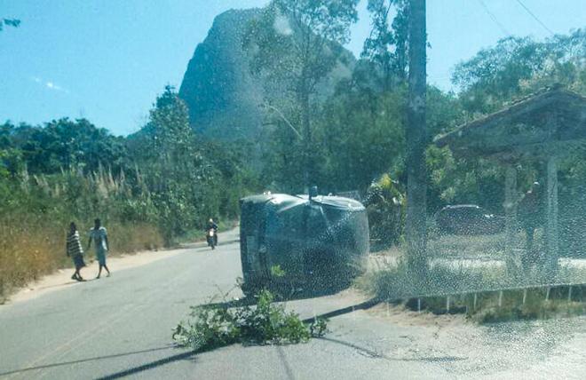 Itaipuaçu: Carro capota e deixa feridos na Estrada dos Cajueiros