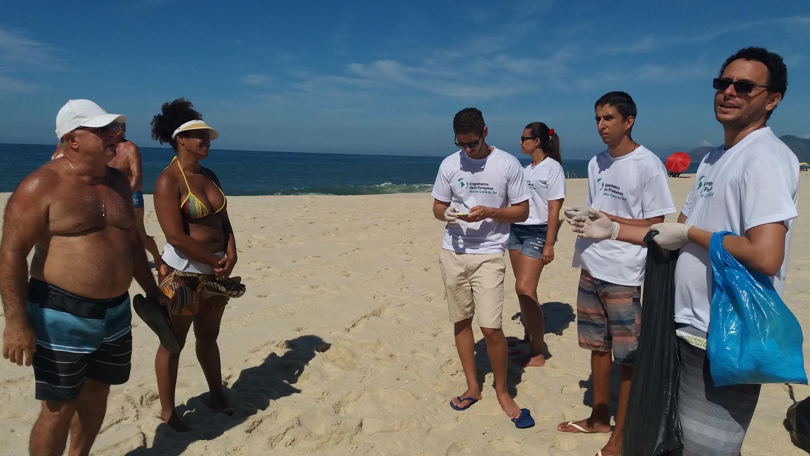 'Engenheiros Sem Fronteiras' realizam ação de limpeza e conscientização ambiental na praia de Itapuaçu