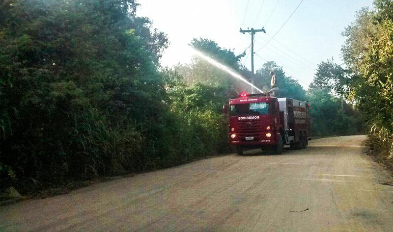 Bombeiros combatem incêndio na Restinga de Maricá