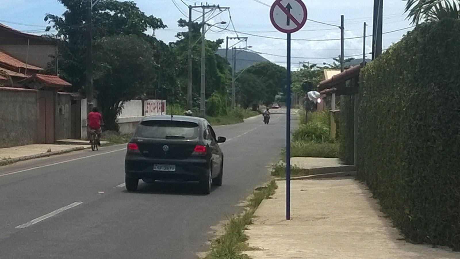 Itaipuaçu: Motoristas desrespeitam sinalização e trafegam na contramão
