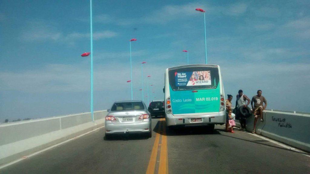 Ônibus da Costa Leste enguiça na Ponte da Barra