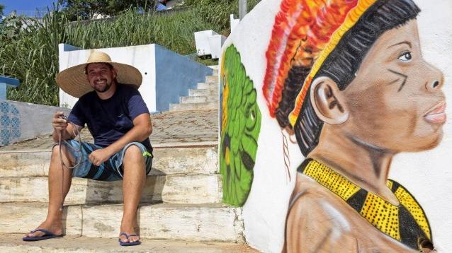 Artista transforma escadaria em ponto turístico pintando nela a história de Maricá