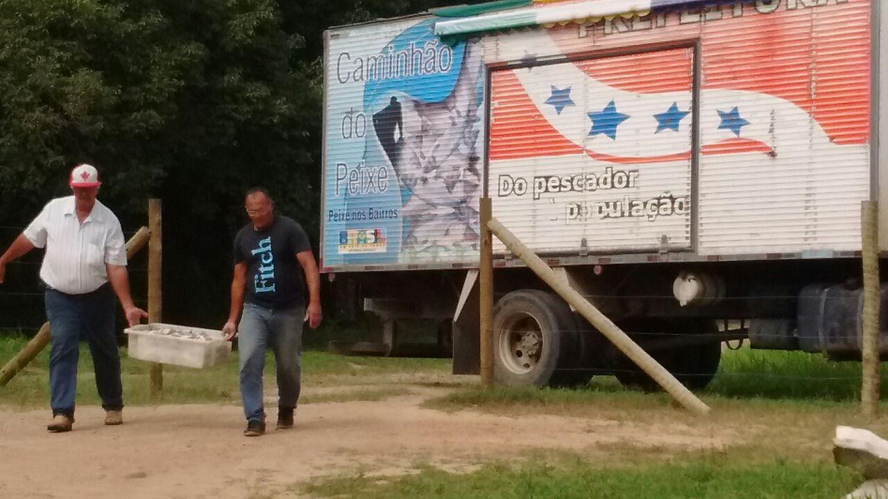 Prefeitura doa peixes de torneio em Itaipuaçu