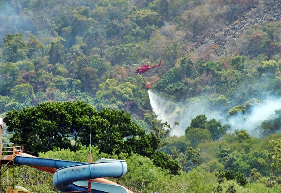 Maricá: Bombeiros utilizam helicóptero no combate a incêndio na Pedra de Inoã