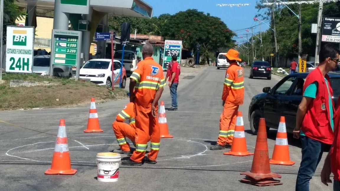 Itaipuaçu: Prefeitura instala rotatória em confluência entre vias principais