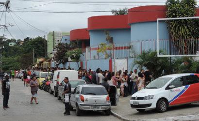 Fila gigantesca neste sábado para vacinação contra a febre amarela em posto central de Maricá