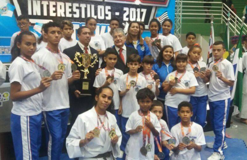 Maricá: Estudantes da E.M. Mauricio Antunes conquistam 22 medalhas no karatê